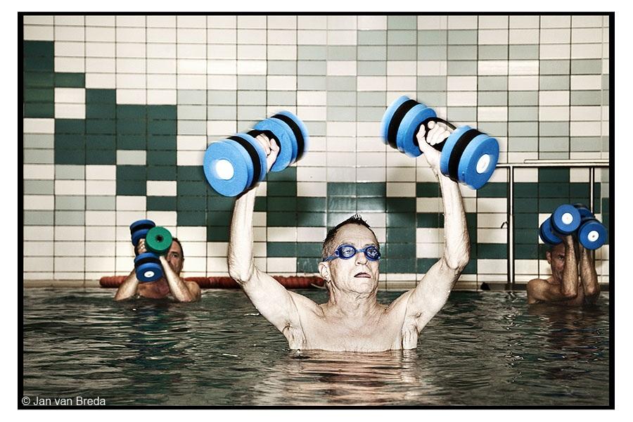 Amsterdam 14 september 2009 - HIV zwemmen in Revalidatiecentrum aan de Overtoom. Voor mensen met hiv is sporten op een sportschool soms een belemmering. Dit valt hier weg omdat iedereen hiv positief is. Het voordeel van zwemmen in  het Revalidatie centrum aan de Overtoom is dat het water van RCA een stuk warmer is dan de reguliere zwembaden. De leden van de club moeten hiv hebben. Dat is een voorwaarde, vanwege subsidie die zij ontvangen van het Aids Fonds. Hiv-zwemmen is een initiatief van Hiv Sporten Amsterdam. Op de maandag staat aqua-joggen op het programma.